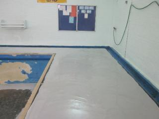 Installation of flowable epoxy regulating layer
