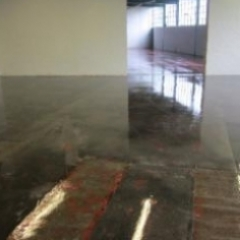 Prepared concrete subatrate primed with epoxy primer
